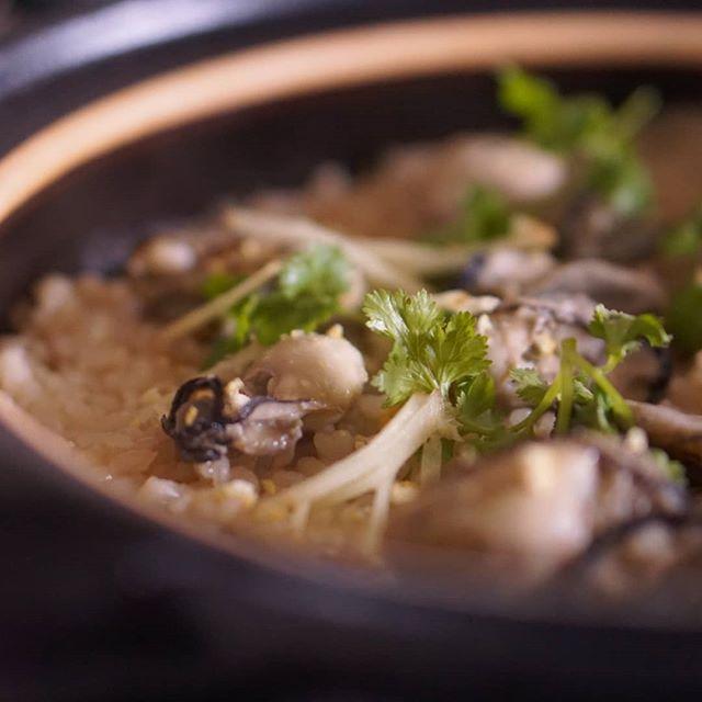 すこし冷え込んだ今日は土鍋で牡蠣の炊き込みごはん柚子の香りを 纏わせて春菊のナムルとぶりの幽庵焼き甘酒も仕込んだ雨ふりはいろいろはかどる